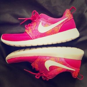 Pink/White Nike shoes 6.5